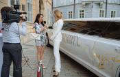 Čarovná atmosféra na módnej prehliadke s exkluzívnou limuzínou Chrysler