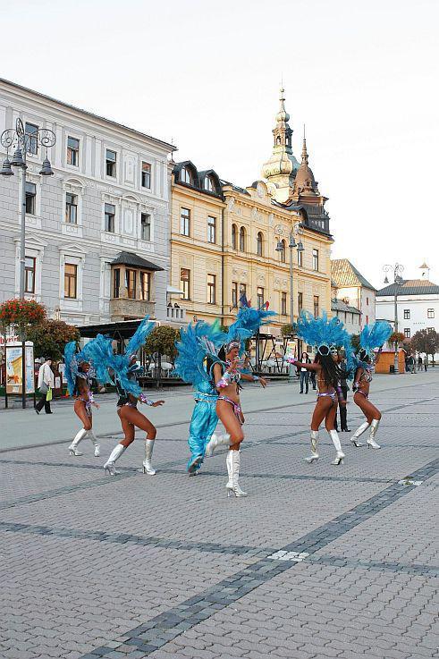 cc95e444ba4ea Okružné jazdy po Banskej Bystrici a okolí s tanečníkmi tanečnej skupiny z  Brazílie.